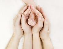 χέρια χεριών μωρών μέσα στον πρόγονο s στοκ εικόνα