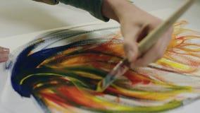 Χέρια Feamle που χρωματίζουν με τη βούρτσα απόθεμα βίντεο