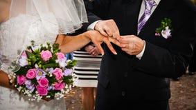 Χέρια Newlyweds Στοκ Εικόνες