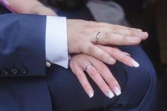 Χέρια Newlyweds με τα γαμήλια δαχτυλίδια Στοκ εικόνα με δικαίωμα ελεύθερης χρήσης