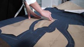 Χέρια seamstress που κάνει τα σχέδια του φορέματος απόθεμα βίντεο