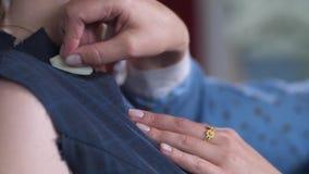 Χέρια seamstress του επισημαίνοντας neckline στο φόρεμα απόθεμα βίντεο