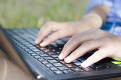 Χέρια Womanσε ένα πληκτρολόγιο Στοκ εικόνα με δικαίωμα ελεύθερης χρήσης