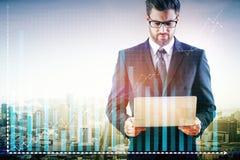 χέρι έννοιας υπολογιστών ανασκόπησης λογιστικής που απομονώνεται πέρα από το λευκό Στοκ Φωτογραφίες