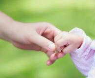 Χέρι λίγης μωρών μητέρας εκμετάλλευσης Στοκ φωτογραφίες με δικαίωμα ελεύθερης χρήσης
