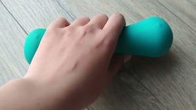 Χέρι αθλητικού εθισμού σχετικά με τον αλτήρα Βαρύς εξοπλισμός Αφής εντυπώσεις απόθεμα βίντεο