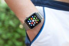 Χέρι αθλητών με το ρολόι της Apple και app εικονίδιο στην οθόνη Στοκ Φωτογραφία