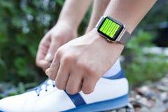 Χέρι αθλητών με το ρολόι της Apple και app Workout στην οθόνη Στοκ εικόνες με δικαίωμα ελεύθερης χρήσης