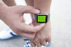 Χέρι αθλητών με το ρολόι της Apple και app Workout στην οθόνη Στοκ φωτογραφίες με δικαίωμα ελεύθερης χρήσης