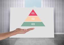 Χέρι ανοικτό με το λευκό πίνακα με τις ζωηρόχρωμες τριγωνικές στατιστικές διαγραμμάτων Στοκ Φωτογραφίες