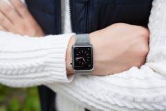 Χέρι ατόμων και ρολόι της Apple με τον τόμο στην οθόνη Στοκ Εικόνα