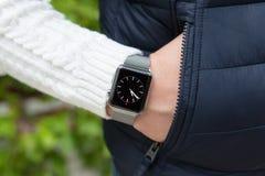 Χέρι ατόμων και ρολόι της Apple με το χρόνο στην οθόνη Στοκ Εικόνες