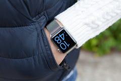 Χέρι ατόμων και ρολόι της Apple με το χρόνο στην οθόνη Στοκ εικόνες με δικαίωμα ελεύθερης χρήσης