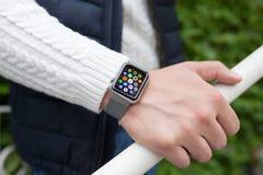Χέρι ατόμων και ρολόι της Apple με app στην οθόνη Στοκ εικόνες με δικαίωμα ελεύθερης χρήσης