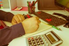 Χέρι ατόμων με τη μάνδρα, τον υπολογιστή και τον υπολογιστή στον ξύλινο πίνακα Χρησιμοποιεί τον υπολογιστή του και γράφει τους αρ Στοκ εικόνες με δικαίωμα ελεύθερης χρήσης