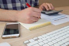 Χέρι ατόμων με τον υπολογιστή στο γραφείο εργασιακών χώρων Ένας επιχειρηματίας που κάνει κάποια γραφική εργασία που χρησιμοποιεί  Στοκ Εικόνες