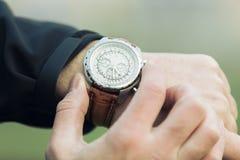 Χέρι ατόμων με το κομψό ακριβό ρολόι Στοκ εικόνα με δικαίωμα ελεύθερης χρήσης
