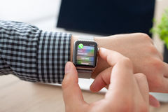 Χέρι ατόμων με το ρολόι της Apple και λειμμένη κλήση στην οθόνη Στοκ Εικόνες