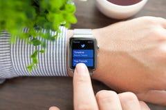 Χέρι ατόμων με το ρολόι της Apple και app πειραχτήρι στην οθόνη Στοκ φωτογραφία με δικαίωμα ελεύθερης χρήσης