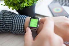 Χέρι ατόμων με το ρολόι της Apple και app Workout στην οθόνη Στοκ φωτογραφία με δικαίωμα ελεύθερης χρήσης