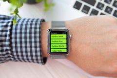 Χέρι ατόμων με το ρολόι της Apple και app Workout στην οθόνη Στοκ εικόνες με δικαίωμα ελεύθερης χρήσης