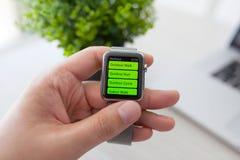 Χέρι ατόμων με το ρολόι της Apple και app Workout στην οθόνη Στοκ Εικόνες