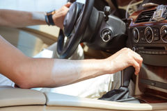 Χέρι ατόμων οδηγών που κρατά την αυτόματη μετάδοση στο αυτοκίνητο Στοκ φωτογραφία με δικαίωμα ελεύθερης χρήσης