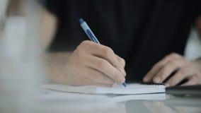 Χέρι ατόμων που γράφει με τη μάνδρα στο γαλακτοκομείο Κλείστε επάνω του χεριού επιχειρησιακών ατόμων γράφει τις σημειώσεις απόθεμα βίντεο