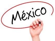 Χέρι ατόμων που γράφει το Μεξικό (στα ισπανικά) με το μαύρο δείκτη σε οπτικό Στοκ φωτογραφία με δικαίωμα ελεύθερης χρήσης