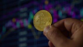 Χέρι ατόμων που κρατά ένα χρυσό νόμισμα bitcoin φιλμ μικρού μήκους