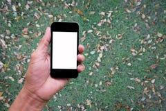Χέρι ατόμων που κρατά και που χρησιμοποιεί κινητό, τηλέφωνο κυττάρων, έξυπνο τηλέφωνο με την απομονωμένη οθόνη Στοκ Φωτογραφίες