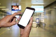 Χέρι ατόμων που κρατά και που χρησιμοποιεί κινητό, τηλέφωνο κυττάρων, έξυπνο τηλέφωνο με την απομονωμένη οθόνη Στοκ Εικόνες