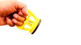 Χέρι ατόμων που κρατά κενό sucker στο κίτρινο χρώμα Στοκ Εικόνες