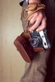 Χέρι ατόμων που κρατά μια αναδρομική κάμερα Στοκ εικόνες με δικαίωμα ελεύθερης χρήσης