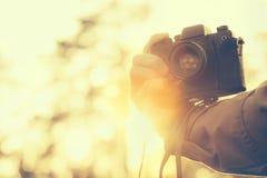 Χέρι ατόμων που κρατά τον αναδρομικό φωτογραφιών τρόπο ζωής hipster καμερών υπαίθριο Στοκ φωτογραφία με δικαίωμα ελεύθερης χρήσης
