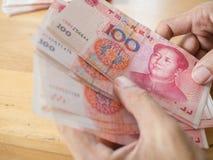 Χέρι ατόμων που μετρά το κινεζικό νόμισμα τραπεζογραμματίων Yuan Στοκ φωτογραφίες με δικαίωμα ελεύθερης χρήσης