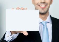 Χέρι ατόμων που παρουσιάζει επαγγελματική κάρτα στοκ φωτογραφία