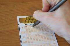 Χέρι ατόμων που συμπληρώνει ένα εισιτήριο Eurojackpot Το Eurojackpot είναι ευρωπαϊκή λαχειοφόρος αγορά Στοκ εικόνα με δικαίωμα ελεύθερης χρήσης