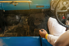 Χέρι ατόμων στο χειρωνακτικό εργαλείο του παλαιού αυτοκινήτου Στοκ εικόνες με δικαίωμα ελεύθερης χρήσης