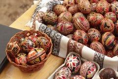 χέρι αυγών Πάσχας που χρωμ&alpha Στοκ Εικόνα