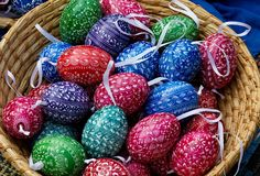 χέρι αυγών Πάσχας που χρωμ&alpha Στοκ εικόνα με δικαίωμα ελεύθερης χρήσης