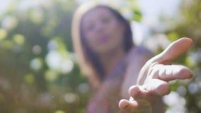 Χέρι βοηθείας, θηλυκό που φθάνει για να προσφέρει τη βοήθεια, ψυχολογική ενίσχυση, φίλος στην ανάγκη απόθεμα βίντεο