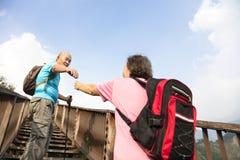 Χέρι βοηθείας μεταξύ του ευτυχούς ανώτερου ζεύγους Στοκ Εικόνες