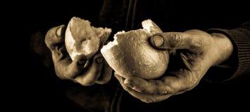Χέρι βοηθείας που δίνει ένα κομμάτι του ψωμιού Φτωχός άνθρωπος που διαιρεί και που μοιράζεται το ψωμί, έννοια χεριών βοηθείας στοκ εικόνες