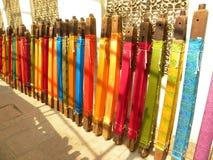 Χέρι - γίνοντα ζωηρόχρωμο μετάξι Sarees Banarasi στις ξύλινες στάσεις Στοκ Φωτογραφία
