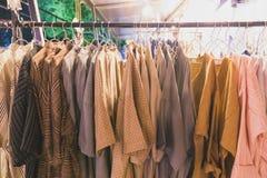 Χέρι - γίνοντα πουκάμισα βαμβακιού που κρεμούν στο φραγμό Στοκ φωτογραφίες με δικαίωμα ελεύθερης χρήσης