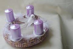 Χέρι - γίνοντα στεφάνι εμφάνισης με τα ρόδινα κεριά, τα άσπρα φτερά και το περιστέρι Στοκ εικόνα με δικαίωμα ελεύθερης χρήσης