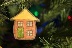 Χέρι - γίνοντη διακόσμηση Χριστουγέννων στο δέντρο Στοκ Εικόνες