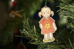 Χέρι - γίνοντη διακόσμηση Χριστουγέννων στο δέντρο Στοκ Φωτογραφίες