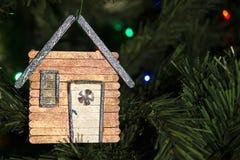 Χέρι - γίνοντη διακόσμηση Χριστουγέννων στο δέντρο Στοκ φωτογραφία με δικαίωμα ελεύθερης χρήσης